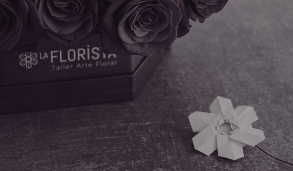 Logo applicated on an hexagonal roses box